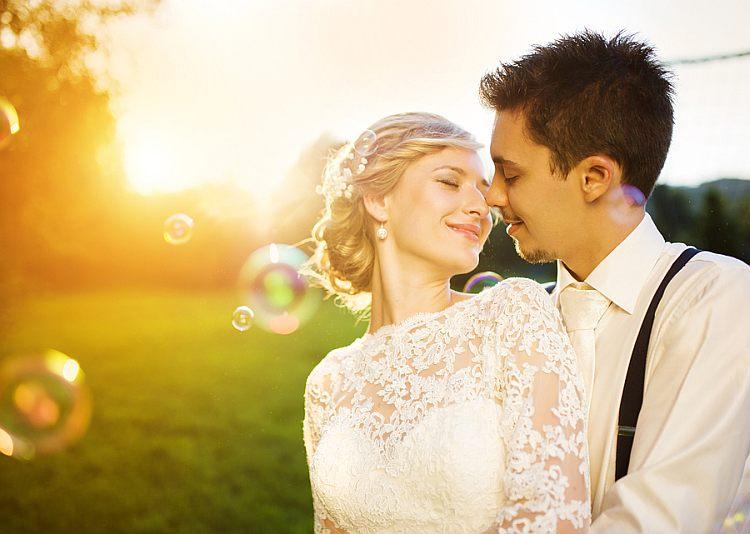 Brautpaar mit Seifenblasen