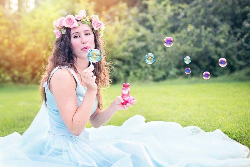 Braut pustet bunte Seifenblasen