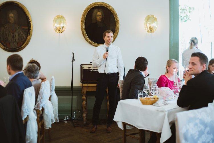 Bräutigam hält Rede