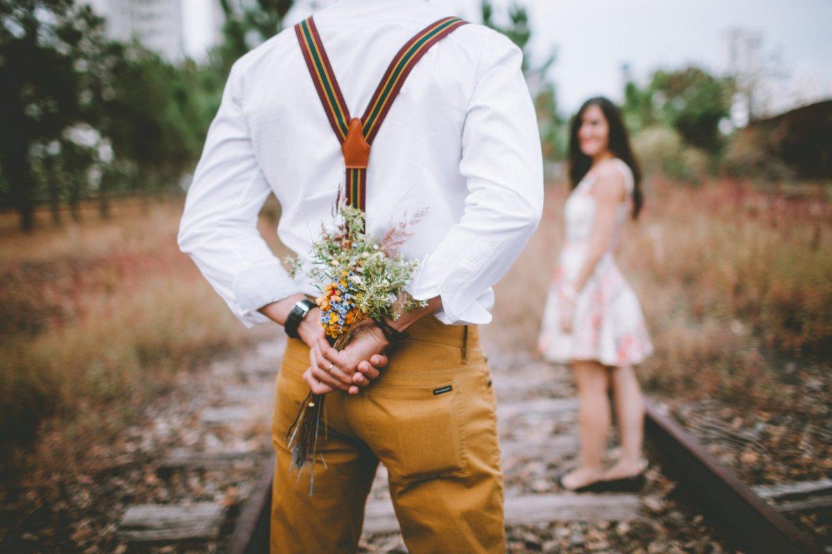 Bräutigam schenkt Braut Blumen zum ersten Hochzeitstag