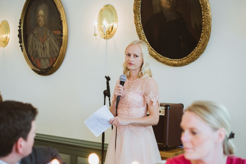 Trauzeugin hält eine Rede auf der Hochzeitsfeier