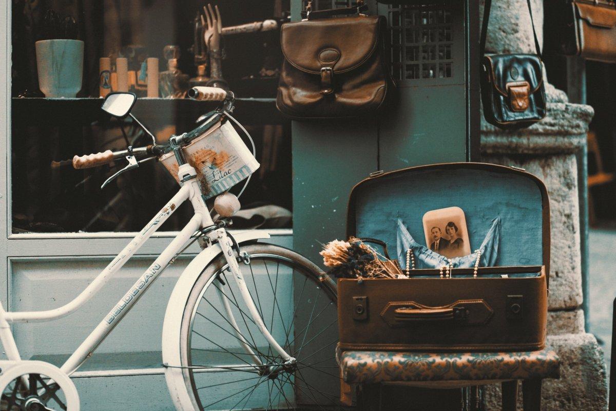 Vintage Fahrrad und Truhe mit Schmuck
