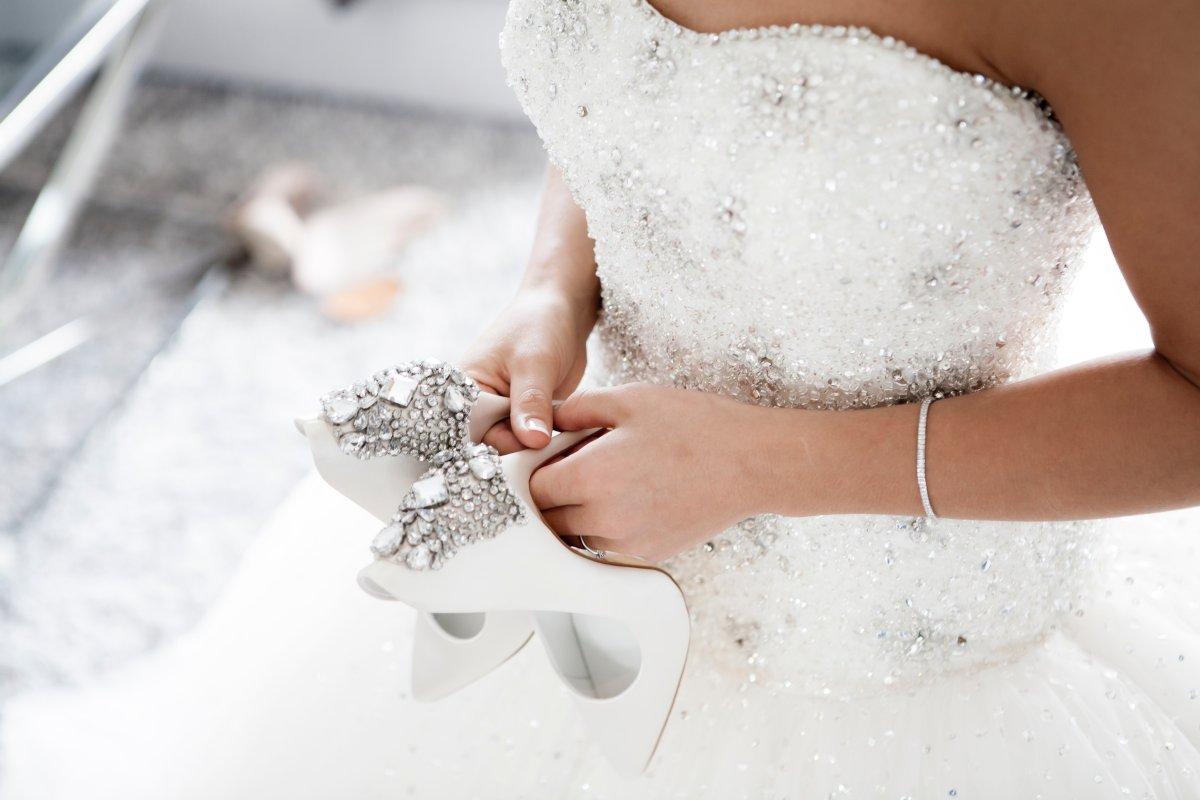 Tolles Glitzer-Brautkleid und Schuhe