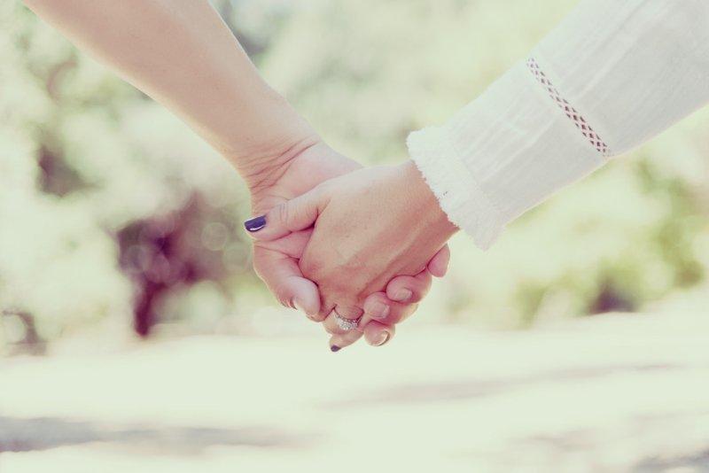 Brautpaar hält sich an der Hand