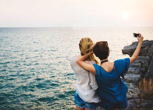 Braut und Trauzeugin machen ein Selfie