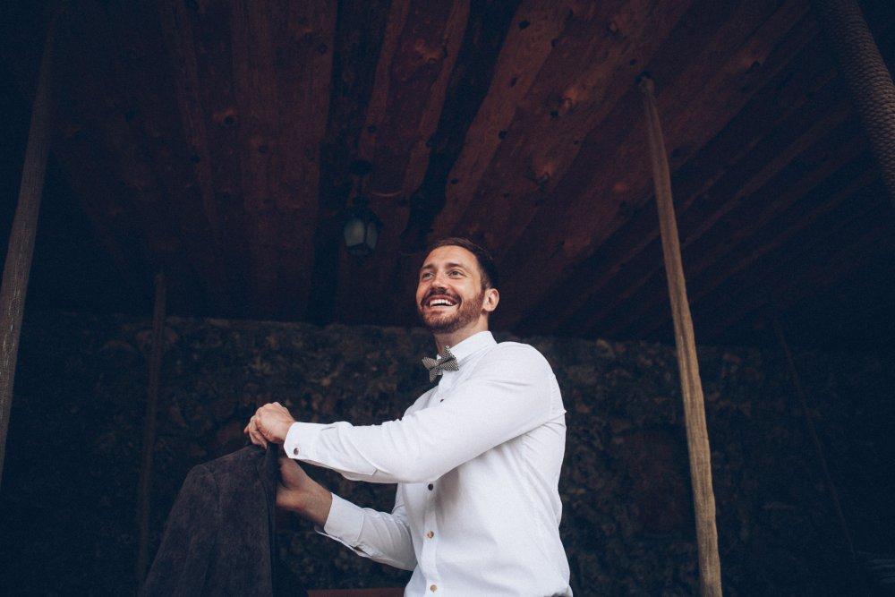 Bräutigam zieht Sakko an vorm Standesamt