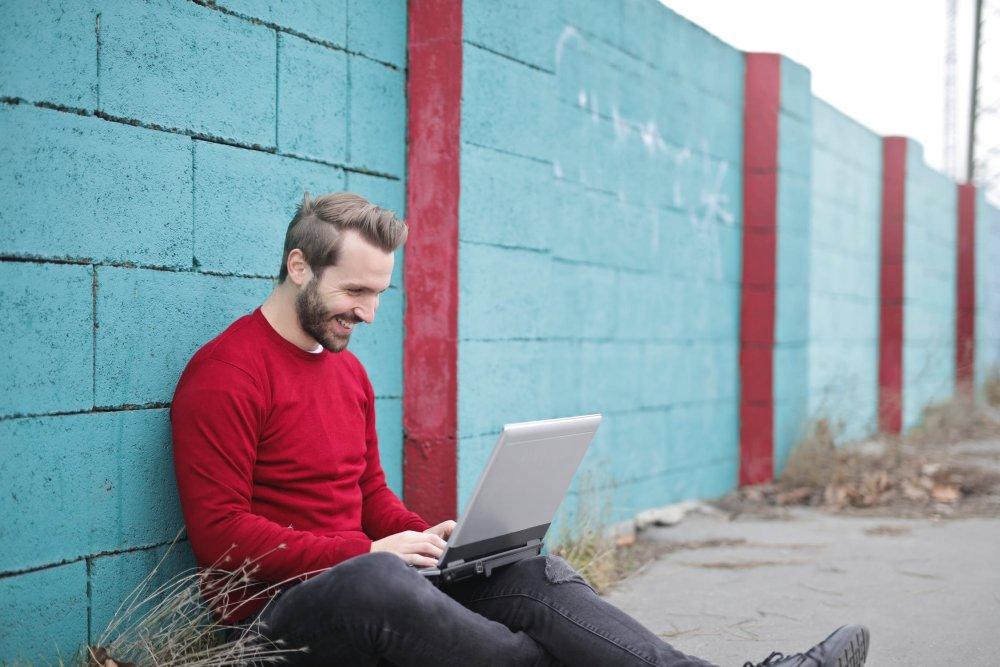 Trauzeuge arbeitet am Laptop an seinen Aufgaben