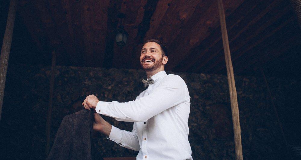 Bräutigam zieht sein Sakko an