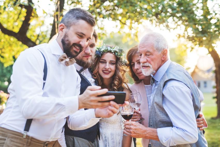 Fotoaufgaben bringen Hochzeitsgäste einfach ins Gespräch